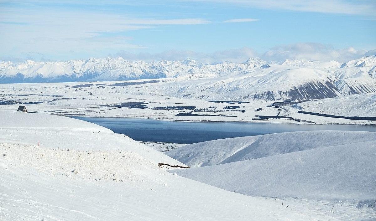 1200px-Winter_view_from_Roundhill_Ski_Area_to_Lake_Tekapo.jpg